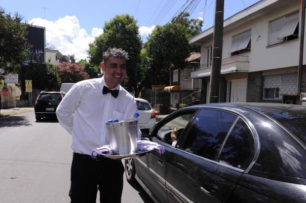 Vendedor ensina que superar dificuldades é como equilibrar uma bandeja em meio ao trânsito Marcelo Casagrande/Agencia RBS