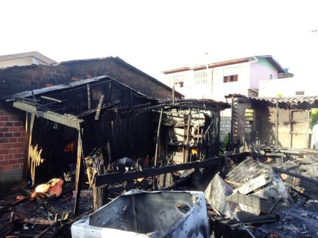 Família que perdeu casa em incêndio precisa de ajuda em Caxias Aline Ecker / Agência RBS/Agência RBS