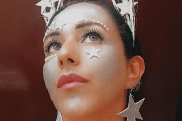 Aprenda a fazer uma tiara para incrementar o look de Carnaval Niura Ramos/Divulgação