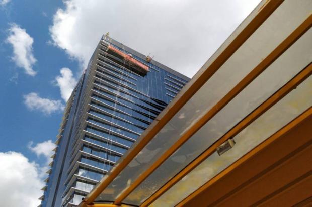 Andaime fica suspenso após parte da estrutura soltar em prédio do centro de Caxias Milena Schafer / Agência RBS/Agência RBS