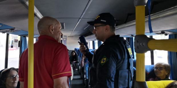 PRF orienta passageiros de ônibus sobre uso do cinto de segurança na Estação Rodoviária de Caxias Divulgação / PRF/PRF