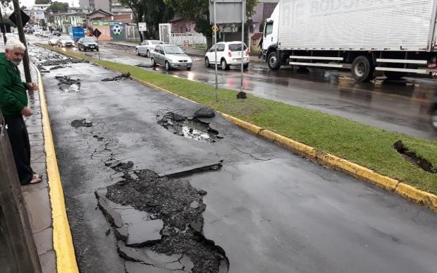 Começa trabalho para conserto do asfalto na Rua Júlio Calegari afetada pela chuvarada em Caxias do Sul Roger Ruffato / RBS TV/RBS TV