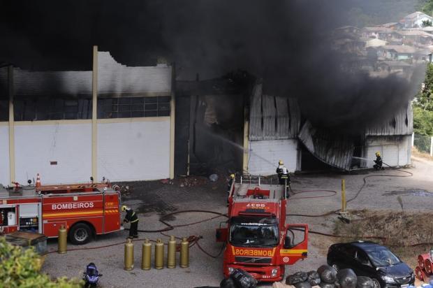 Bombeiros retomam combate a focos de incêndio em fábrica de Farroupilha Antonio Valiente / agência RBS/agência RBS
