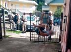 Homem fica pendurado em grade após tentar furtar veículo em Farroupilha Jerônimo Portolan Filho / Rádio Spaço FM / divulgação/divulgação