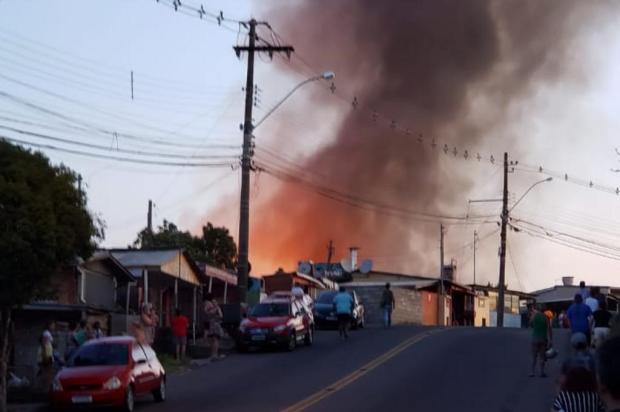 """""""Salvamos mais de 100 famílias"""", diz comandante da operação contra incêndio no Charqueadas Elizeu Evangelista/Divulgação"""