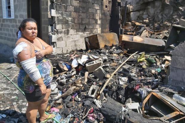 """""""Quando abri o portão, tinha tomado tudo de fumaça preta"""", diz moradora que perdeu casa Siliane Vieira/Agência RBS"""