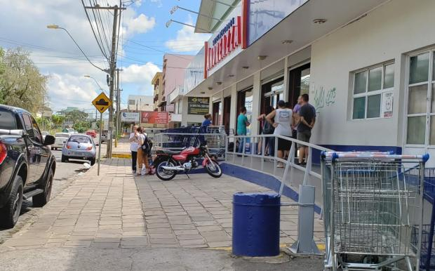 Supermercados de Caxias do Sul restringem acesso em função de decreto contra o coronavírus Lizie Antonello / Agência RBS/Agência RBS