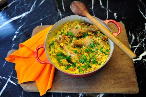 Sem ideias para o almoço? Faça arroz com galinha Destemperados/