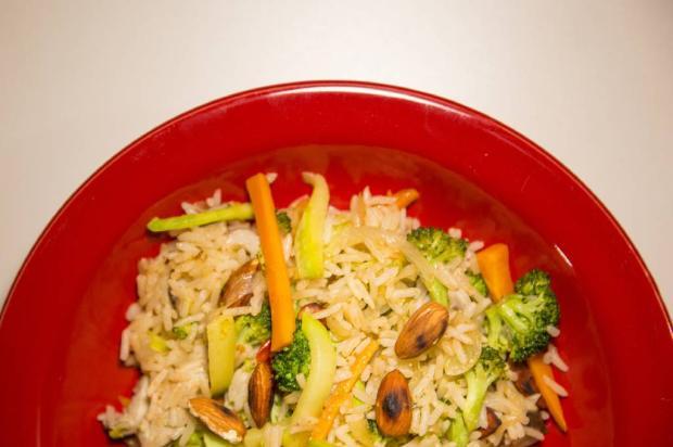 Inove no almoço do fim de semana com arroz frito com legumes e amêndoas tostadas Anderson Fetter/
