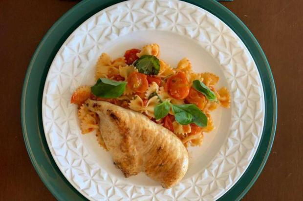 Completo e gostoso: filé de peito de frango com farfalle ao molho de tomates assados Destemperados/