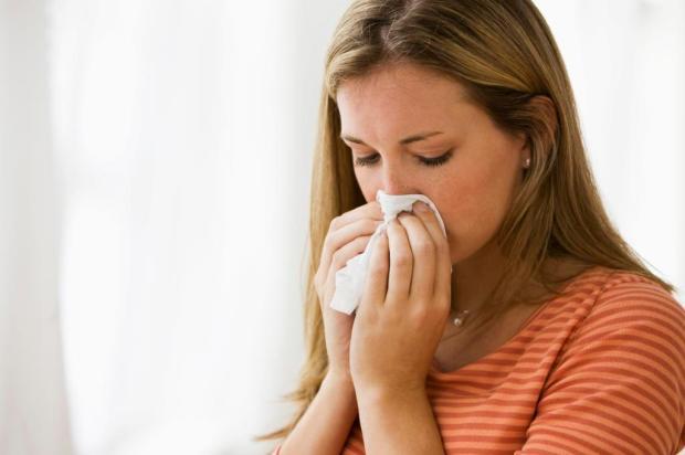 Saiba como diferenciar os sintomas das alergias de outono e do coronavírus Steve Knight/iStockphoto