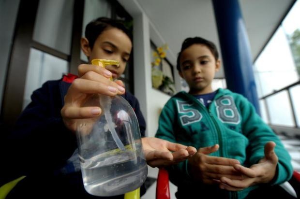 Saiba como proteger crianças de intoxicação e queimaduras com álcool gel Lucas Amorelli/Agencia RBS