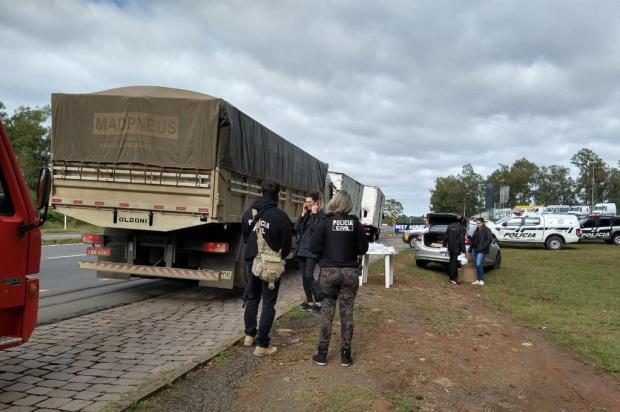 Policiais orientam e doam kits a caminhoneiros em Caxias do Sul Polícia Civil/Divulgação