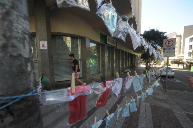 Para amenizar prejuízo com a pandemia, florista passa a vender máscaras de tecido no centro de Caxias Lucas Amorelli / Agência RBS/Agência RBS