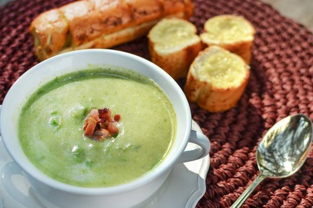 Na Cozinha: esse caldo verde fica uma delícia com pão de alho Destemperados/