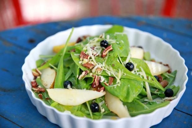 Na Cozinha: faça salada de radite com pera, nozes e mirtilo Destemperados/
