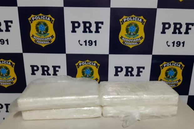 Dupla é presa em Caxias do Sul após apreensão de 4kg de cocaína escondidos em painel de carro Divulgação / PRF/PRF