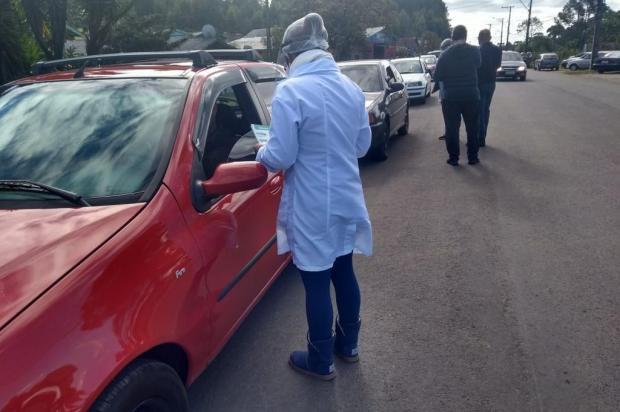 Servidores da prefeitura de Canela medem temperatura e orientam população sobre o coronavírus Márcio Cavalli/Prefeitura de Canela
