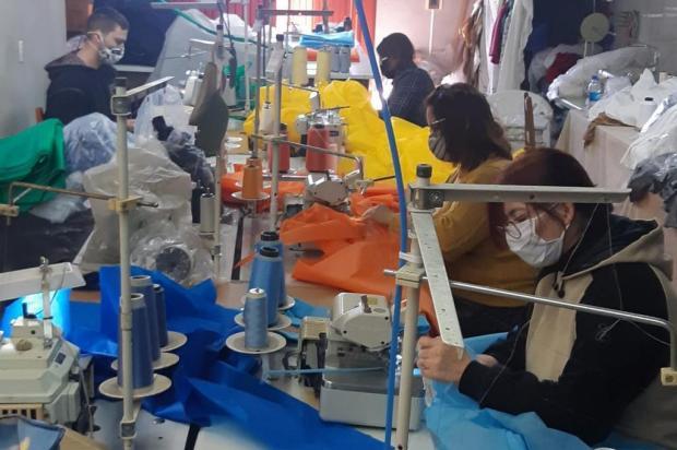 Voluntários produzem aventais para doar ao Hospital Pompéia, em Caxias do Sul Divugalção/Divulgação