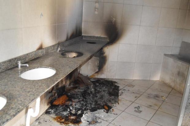 Vândalos ateiam fogo em banheiro da praça central de Flores da Cunha Fábio Carnesella/Prefeitura de Flores da Cunha / Divulgação