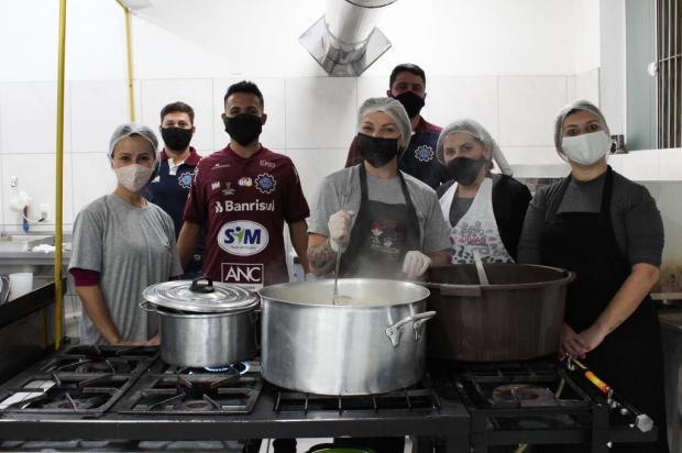 Técnico Lacerda e lateral Ivan do Caxias distribuem marmitas para moradores de rua Milena Soares/Dinâmica Conteúdo