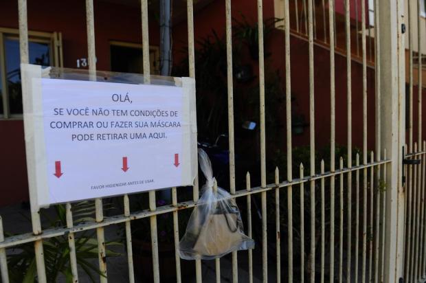 Caxiense costura máscaras e pendura no portão para doar a quem precisa Porthus Junior/Agencia RBS