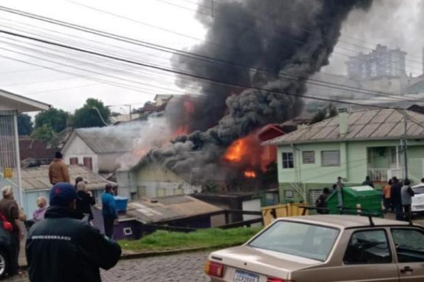 """""""No final, foi sorte estarmos chegando"""", afirma neto de idosa que teve a casa queimada em Caxias Luana Rech/Divulgação"""