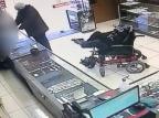 VÍDEO: cadeirante com paralisia é preso após tentar roubar relojoaria em Canela Câmeras de segurança / reprodução/reprodução