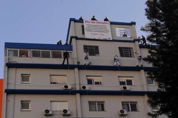 VÍDEO: bombeiros descem de rapel paredes de hospital em Caxias do Sul para homenagear profissionais Marcelo Casagrande/Agencia RBS