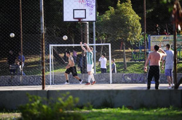 Em tarde ensolarada, com quadras e parques cheios, muitos não utilizam máscaras em Caxias do Sul Porthus Junior/Agencia RBS
