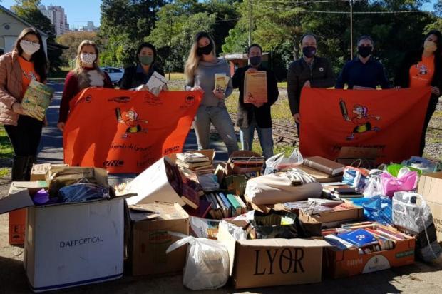 Grupo de corrida de Caxias arrecada 1,7 mil livros para integrarem cestas básicas Andressa Gallo/Divulgação