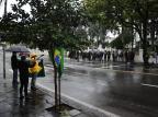 Grupo protesta contra Jair Bolsonaro em frente ao quartel de Caxias Antonio Valiente/Agencia RBS