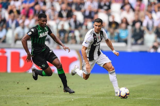 Camisa de Cristiano Ronaldo será sorteada para ajudar famílias na Serra Gaúcha Marco BERTORELLO/AFP