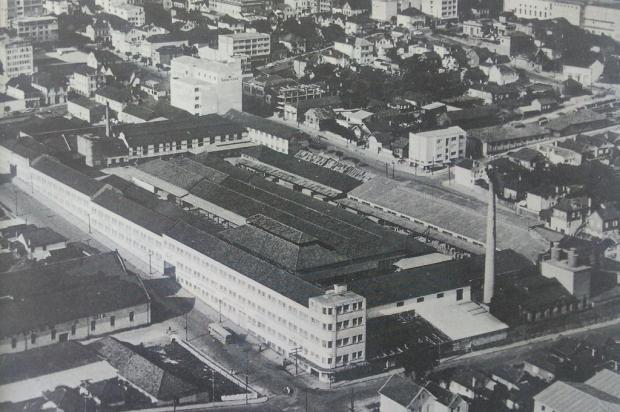 """Complexo da Industrial Madeireira em 1975 Studio Geremia/reprodução """"Álbum do Centenário da Imigração Italiana (1875-1975)"""""""