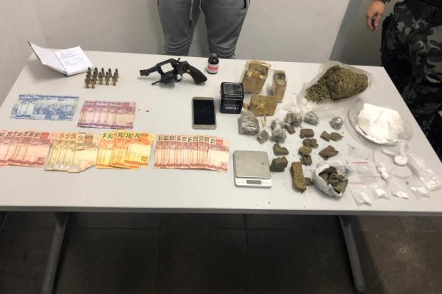 BM prende casal com 1,8 quilos de drogas em condomínio popular de Caxias do Sul Brigada Militar / Divulgação/Divulgação