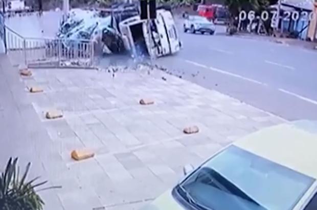 VÍDEO: confira o momento em que caminhão tomba no acesso principal de Bento Gonçalves Reprodução/