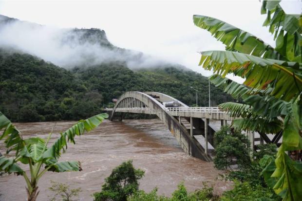 """""""Desde 2001 o Rio das Antas não subia assim"""", diz morador que vive perto da ponte entre Bento e Veranópolis Anotnio Valiente / Agência RBS/Agência RBS"""