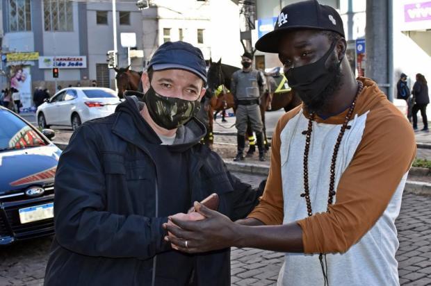 """""""Tudo o que meu trabalho não me der, não é meu"""", diz senegalês que encontrou carteira e devolveu ao dono em Caxias Jackson Cardoso / Brigada Militar/Divulgação"""