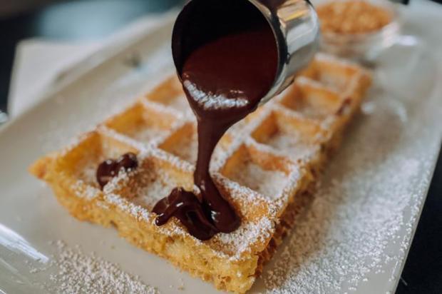 Aprenda a fazer uma receita fácil de waffle com calda de chocolate Antonella Nery  / Agência RBS/Agência RBS