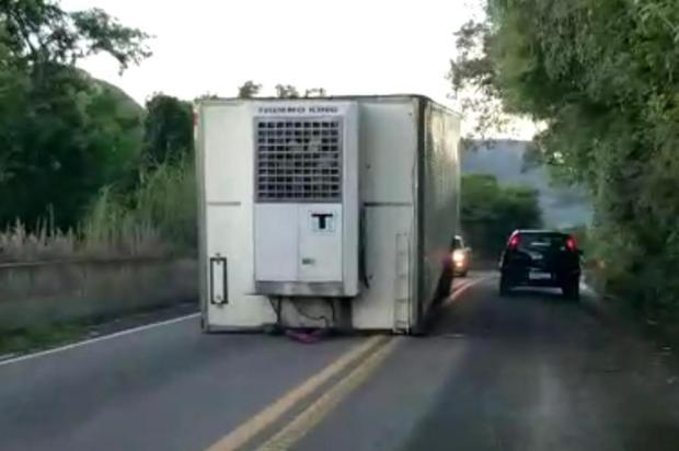 VÍDEO: baú de caminhão no meio da pista interrompe trânsito na BR-116, em Caxias Wandro Muller/Divulgação