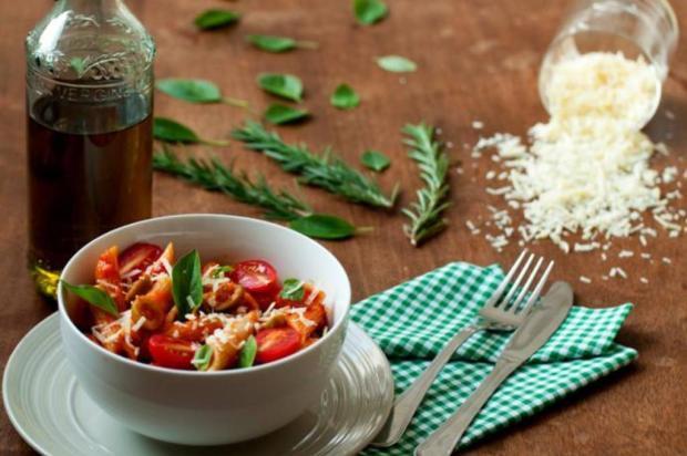 Deliciosamente prático: prepare penne com molho de tomate e azeitonas Natalia Gomes / Especial/Especial