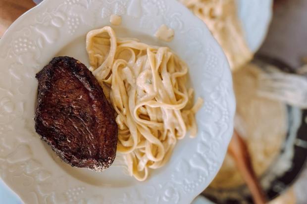 Jantar em 20 minutos: faça tagliatelle ao molho quatro queijos com picanha Antonella Nery / Especial/Especial