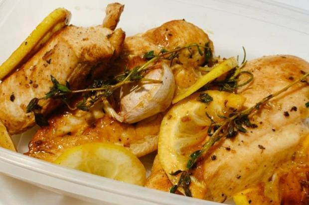 Almoço rapidinho: peito de frango grelhado com ervas, alho e limão Moisés Basso / Especial/Especial