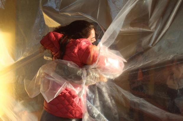 Cortina de plástico possibilita abraços e reencontros em condomínio de Caxias do Sul Mauricio Palma/Divulgação