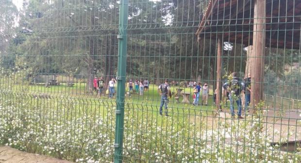 Aglomeração no Jardim Botânico, em Caxias, é dispersada por fiscais da prefeitura Prefeitura de Caxias / Divulgação/Divulgação