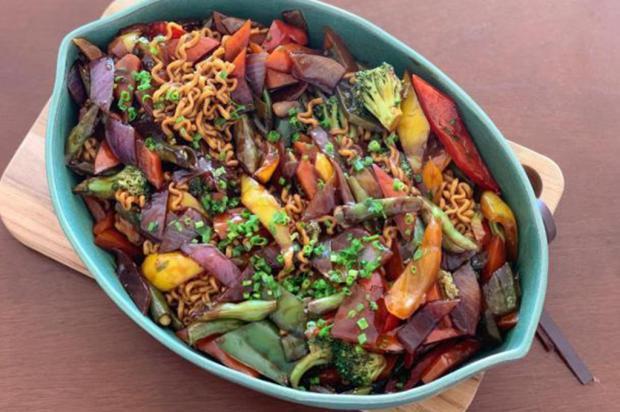 Culinária japonesa: aprenda fazer yakisoba de legumes Lela Zaniol / Agência RBS /Agência RBS