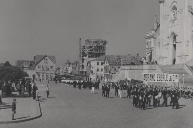Desfile de Sete de Setembro pela Sinimbu em 1943 Studio Geremia/Acervo Arquivo Histórico Municipal João Spadari Adami,divulgação