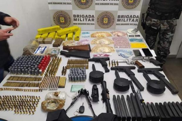 Homens são presos com drogas, armas e dinheiro em Caxias Brigada Militar/Divulgação