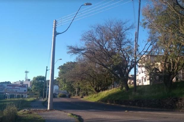 Poste atingido por veículo é substituído e trânsito volta a fluir na Rua Matteo Gianella, em Caxias Andrei Andrade/Agência RBS