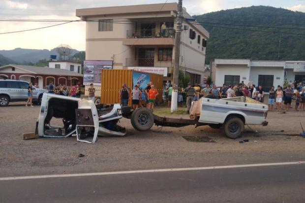 Carro parte ao meio em acidente em Vale Real GRV de Bom Princípio/Divulgação